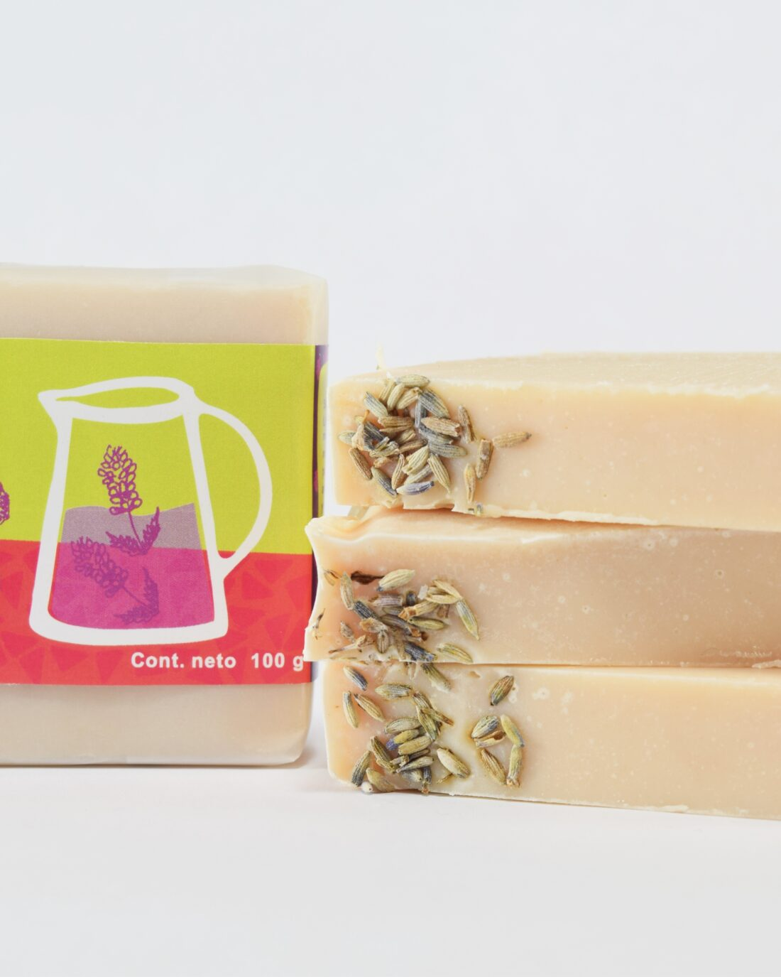 Este jabón quizá sea el mas aromático que tengas en tu casa por su toque floral de lavanda intensa por lo que al usarlo el primer beneficio es relajación en la ducha.Es un jabón para manos y cuerpo, diseñado con aceites de olivo y coco ideales para nutrir y suavizarla piel.Nos encanta su aroma, forma y empaque que podríamos tenerlo en casa de decoracióno para regalar.Esta elaborado por el antiguo métodoartesanalsaponificación en frío.